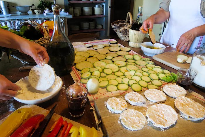 Fried zucchini preparation - cooking classes in Chianti Siena Tuscany